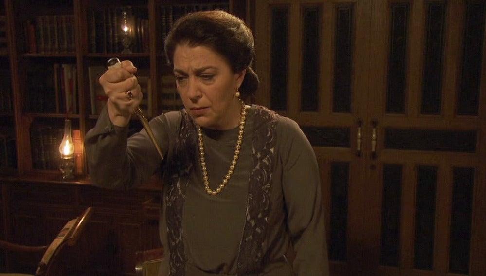 Francisca, desesperada, a punto de quitarse la vida