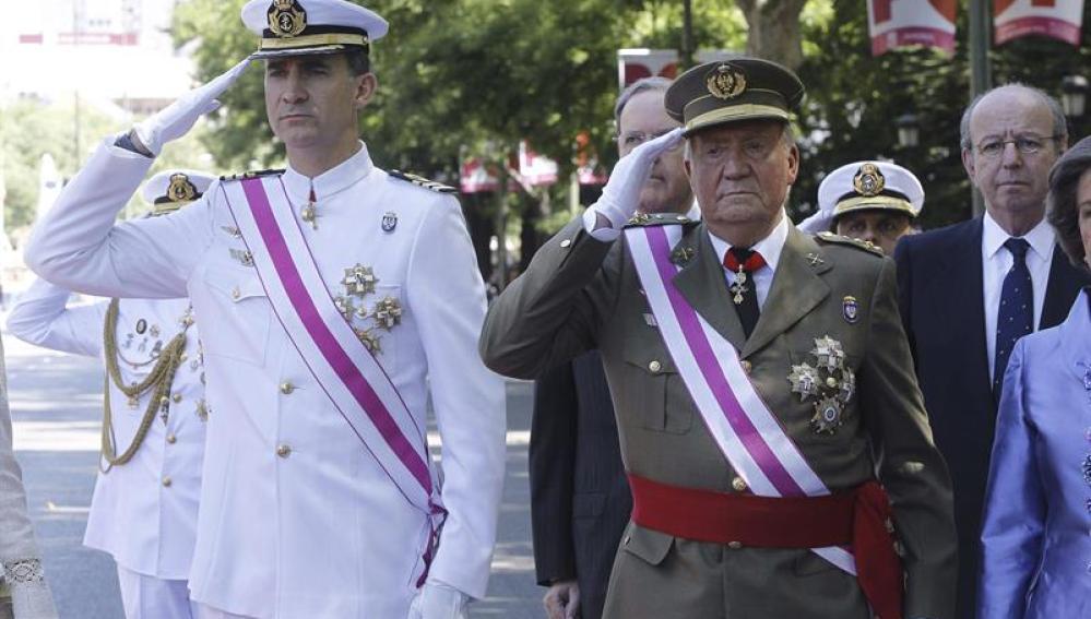 El rey Juan Carlos y el príncipe de Asturias, al inicio del acto central de la celebración del Día de las Fuerzas Armadas
