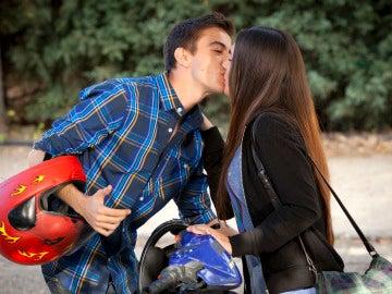¡Dani besa a una chica!