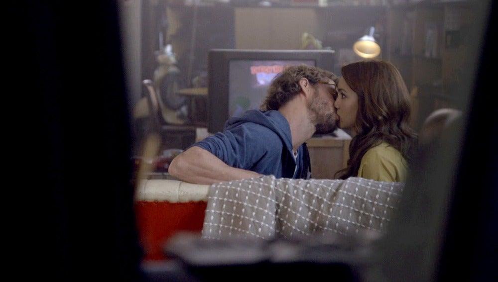 Pablo besa a María