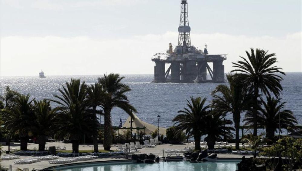 La plataforma GSF Arctic, en dirección al puerto de Santa Cruz de Tenerife