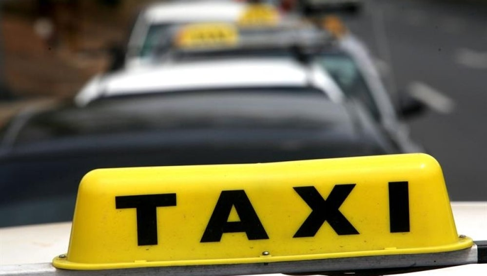 Imagen de una fila de taxis.