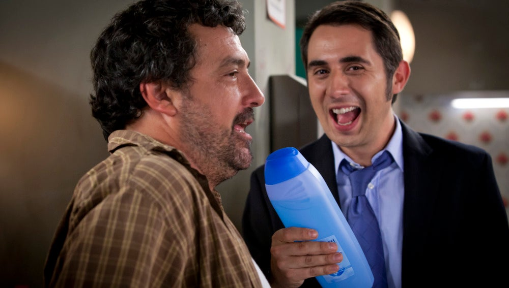 Berto y Paco cantando con el champú