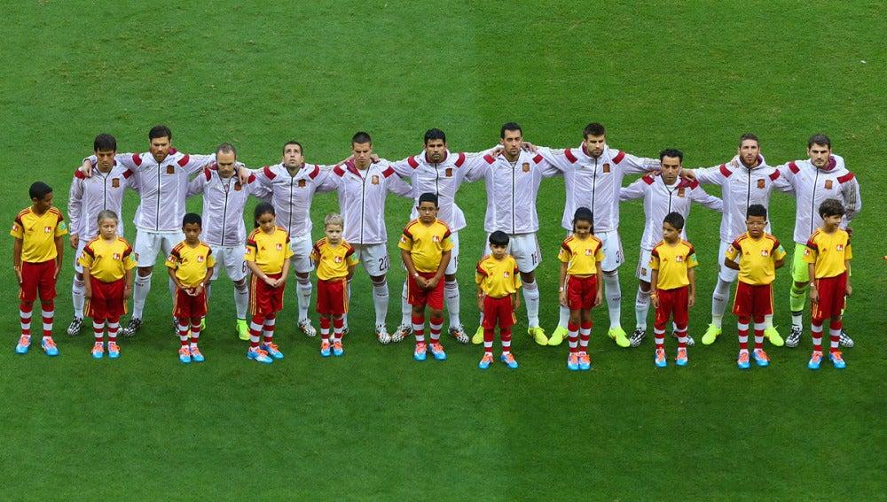 La selección española, durante el himno