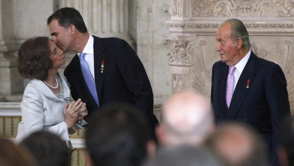 El nuevo Rey Felipe VI besa a su madre, la Reina Sofía