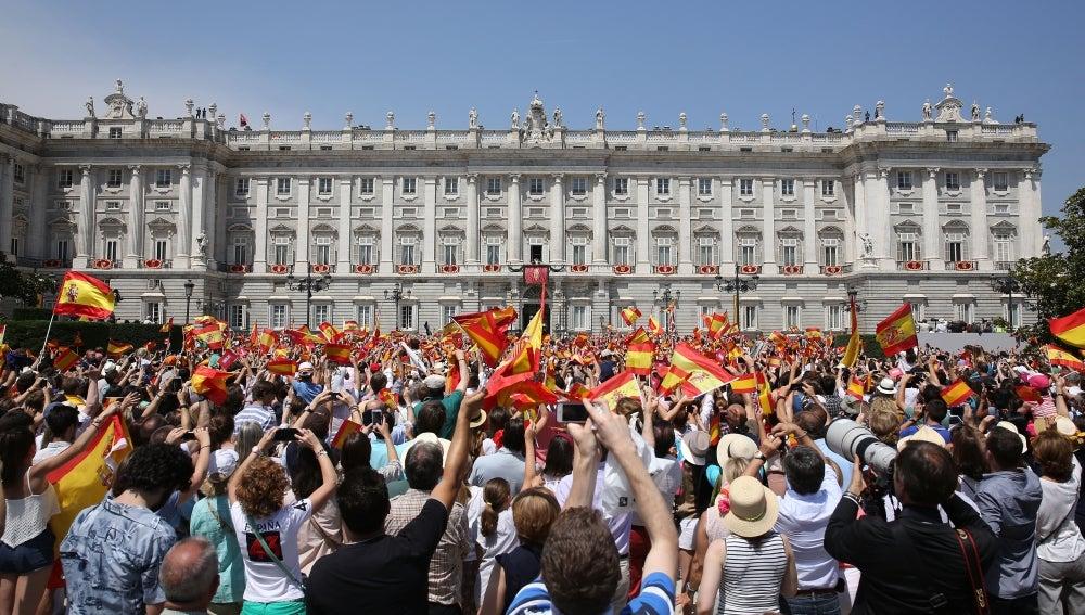 Miles de personas se reunieron frente al Palacio Real