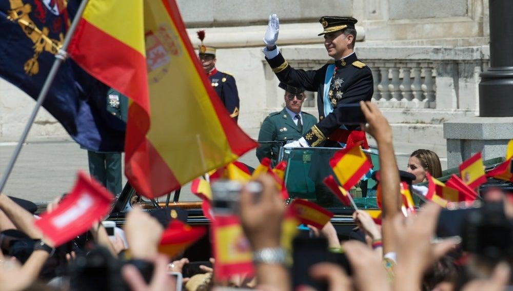 Felipe VI, durante el recorrido por las calles de Madrid