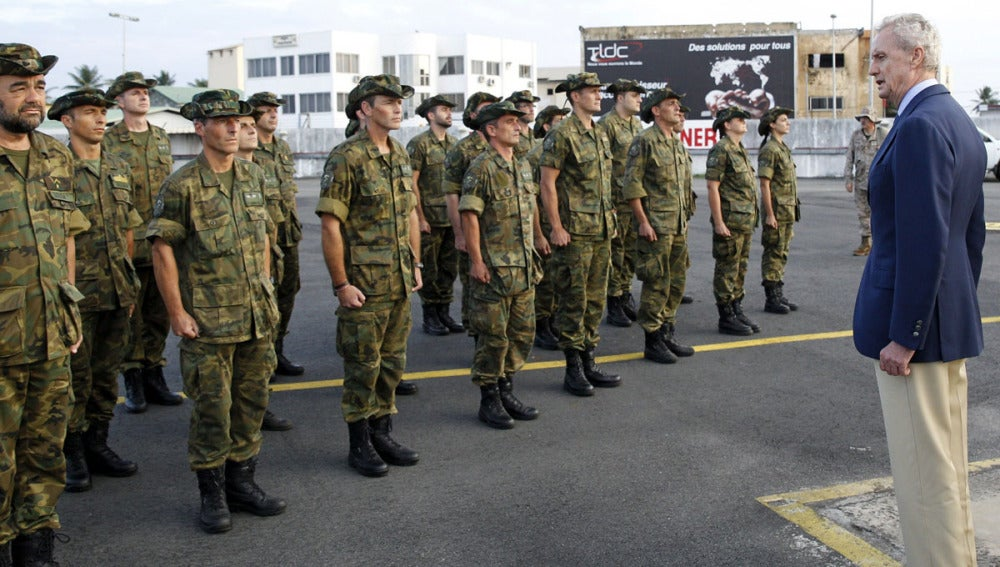 Morenés visita a las tropas españolas en Bangui