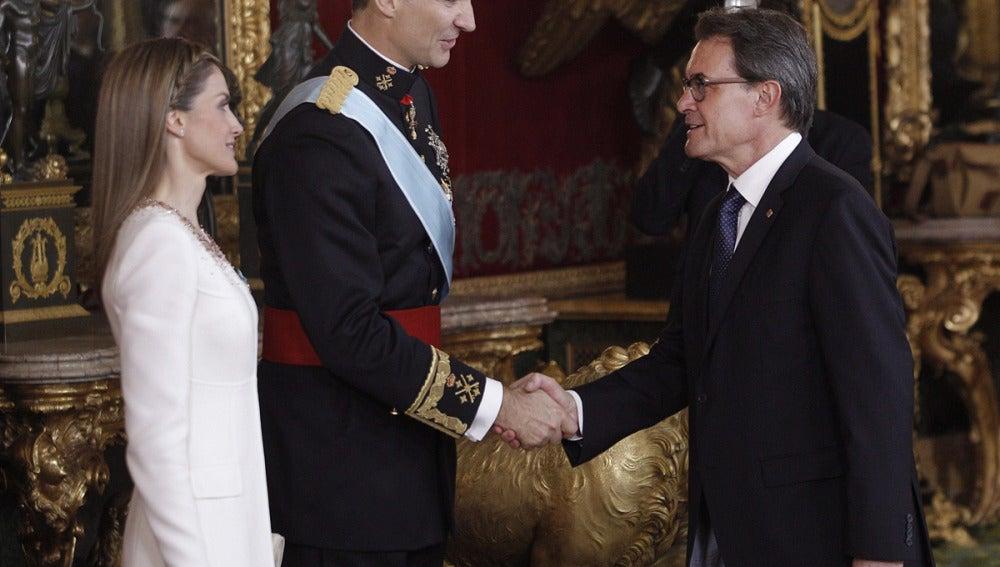 Artur Mas saluda al Rey Felip VI