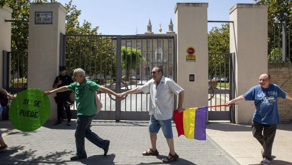 Una cadena humana rodea la sede del Gobierno de Aragón
