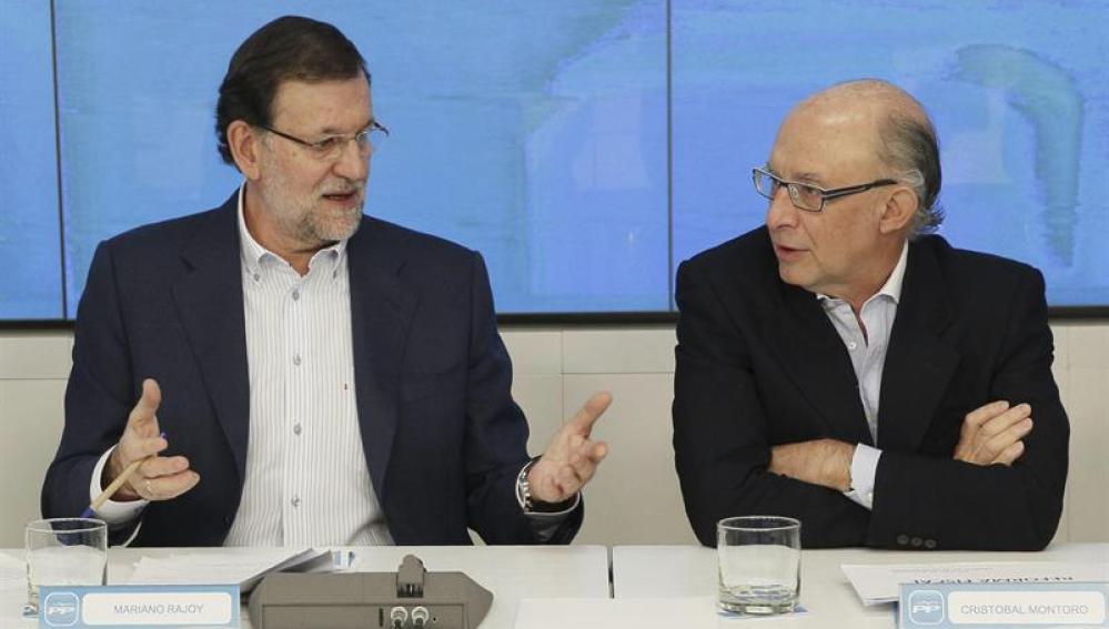 El jefe del Ejecutivo, Mariano Rajoy, conversa con el ministro de Hacienda, Cristóbal Montoro