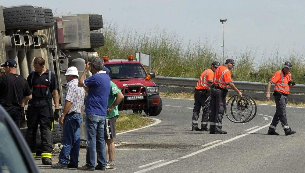 El vuelco de un camión acaba con la vida de dos ciclistas