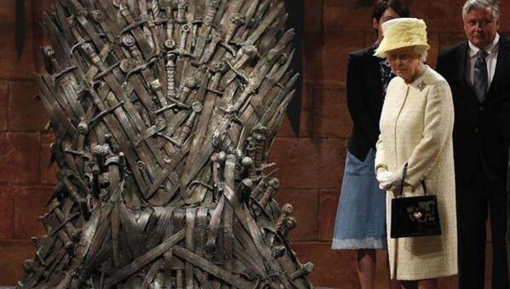 Isabel II junto al Trono de Hierro