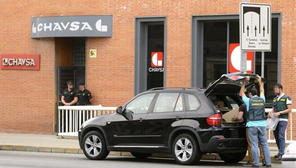 La Guardia Civil recoge el material incautado tras el registro de la empresa CHAVSA