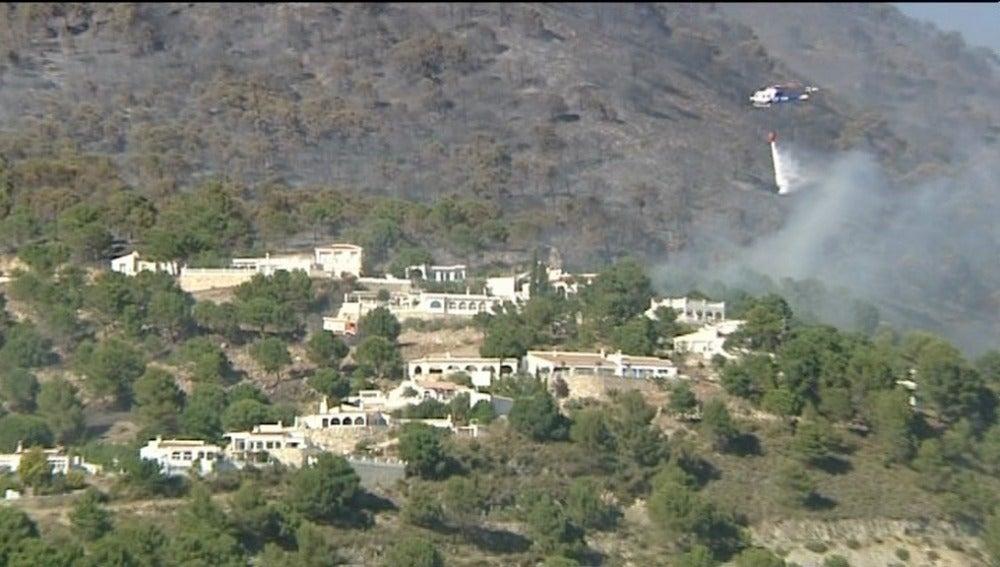 Unas 500 personas desalojadas y cinco viviendas afectadas por un incendio en Málaga