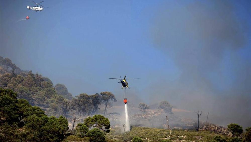 Varios helicópteros actúan contra el fuego cerca del núcleo urbano de Cómpeta
