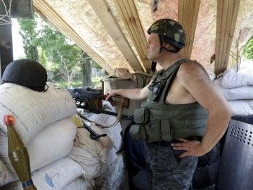 Un soldado ucraniano permanece en guardia en un puesto de control cerca de Slaviansk