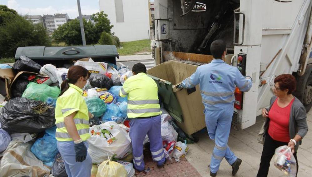 Trabajadores de Urbaser recogen residuos de los puntos de alerta sanitaria decretados por Sanidad