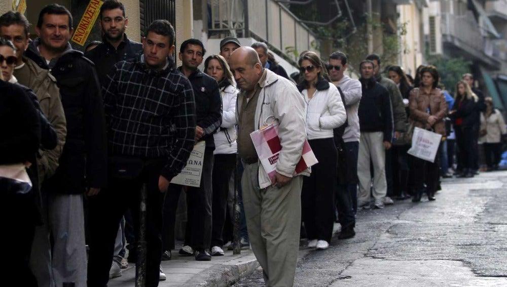Gente esperando ante la oficina de Empleo