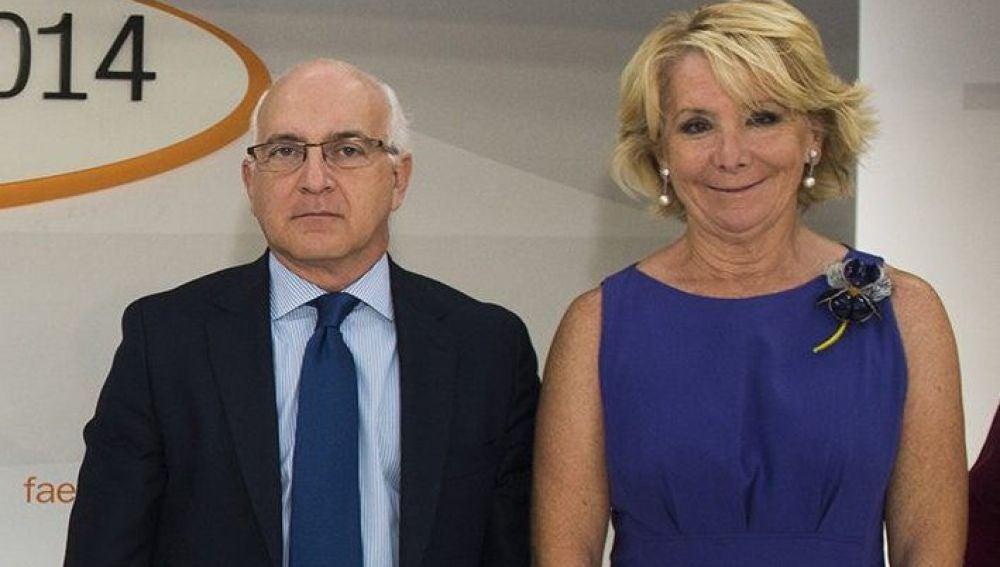 El director del Campus FAES, Javier Zarzalejos (2d) y la presidenta del PP de Madrid, Esperanza Aguirre