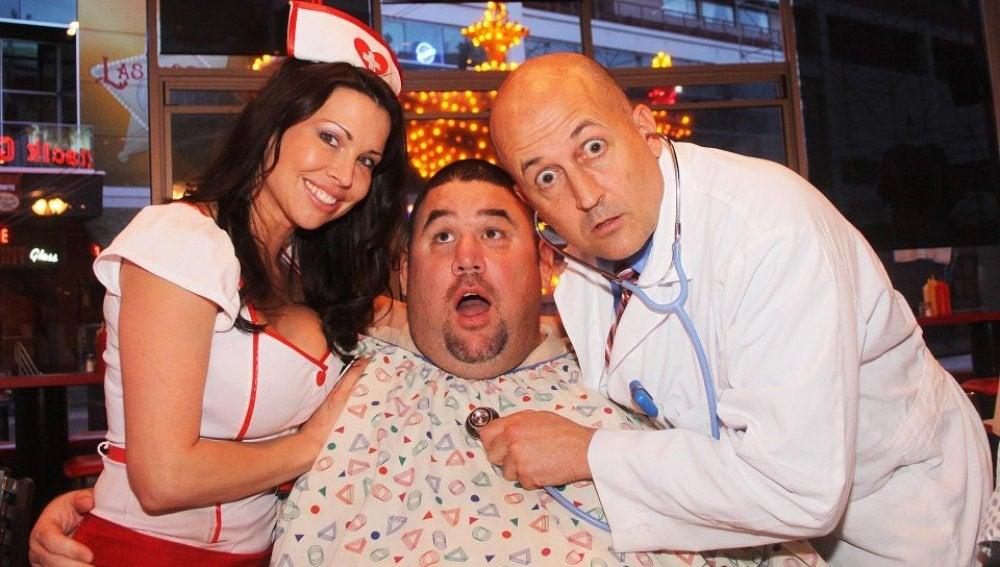 Uno de los felices pacientes de la hamburguesería Heart Attack Grill, junto a la enfermera y el doctor.