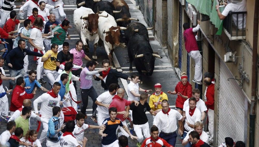 Los mozos corren en el quinto encierro de los Sanfermines