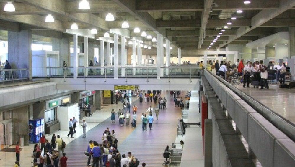 Los pasajeros esperan sus vuelos en el aeropuerto