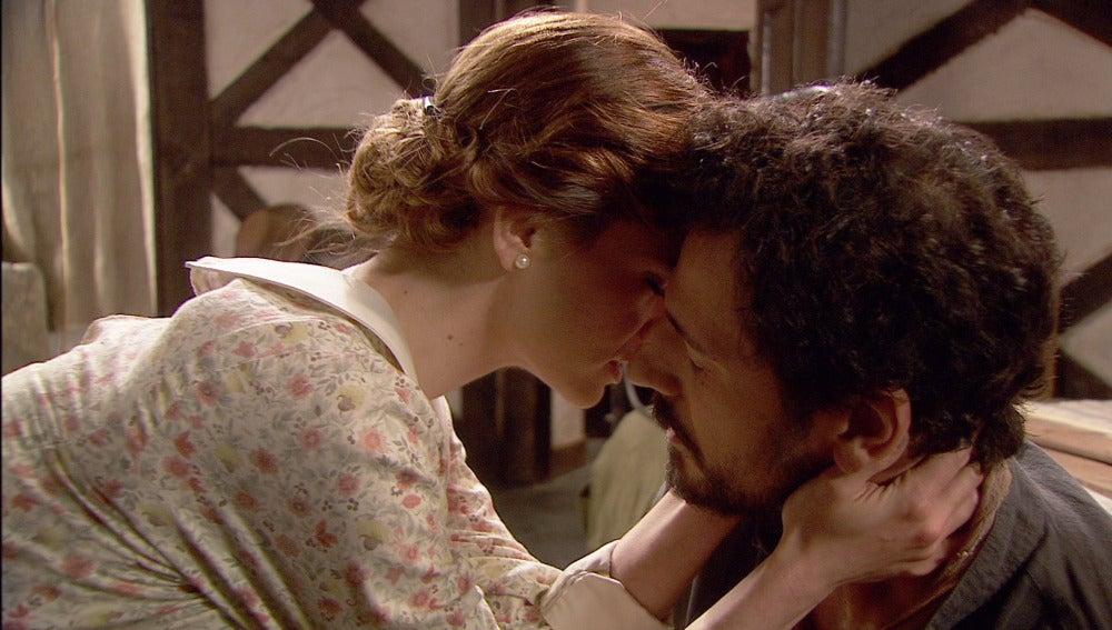 Alicia y Conrado se besan