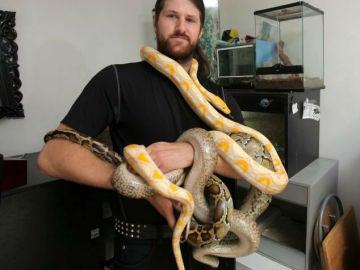 Keith Ross muestra varias de sus serpientes