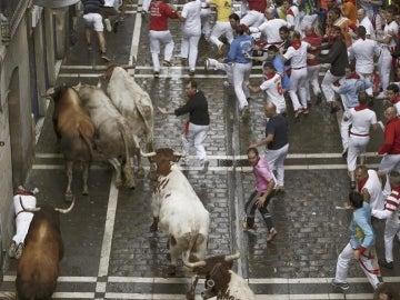 Los mozos corren delante de los toros de la ganadería de Fuente Ymbro durante el sexto encierro