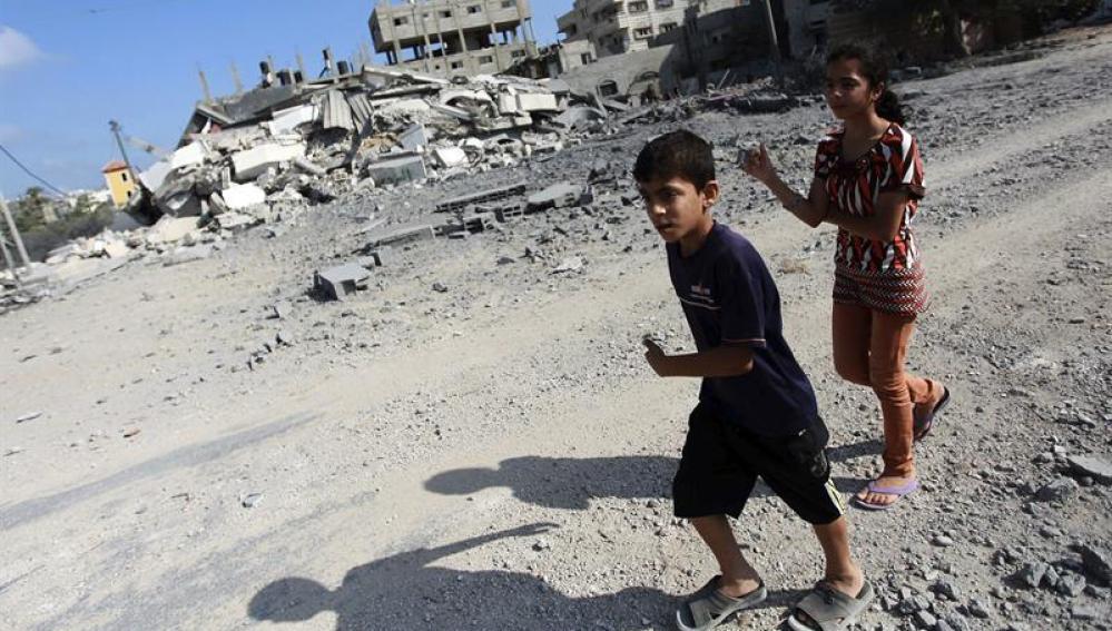 Niños palestinos después de un bombardeo
