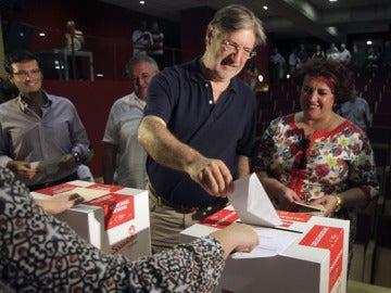 José Antonio Pérez Tapias vota en Granada
