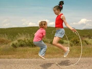 Niños jugando al aire libre