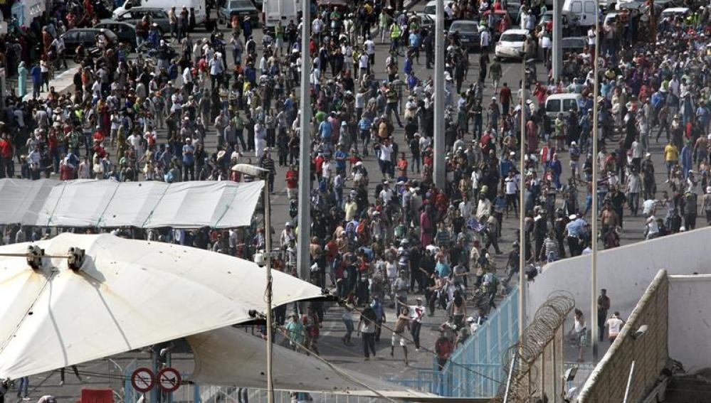 Centenares de porteadores marroquíes en la frontera del Tarajal que separa Ceuta de Marruecos