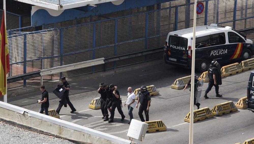 En la imagen, un policía herido en la frontera de Ceuta