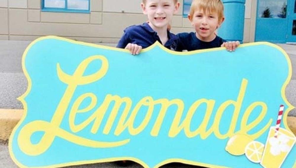 Dos pequeños venden limonada para recaudar dinero