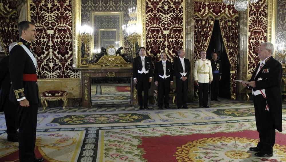 El Rey Felipe VI junto al nuevo embajador de Chile