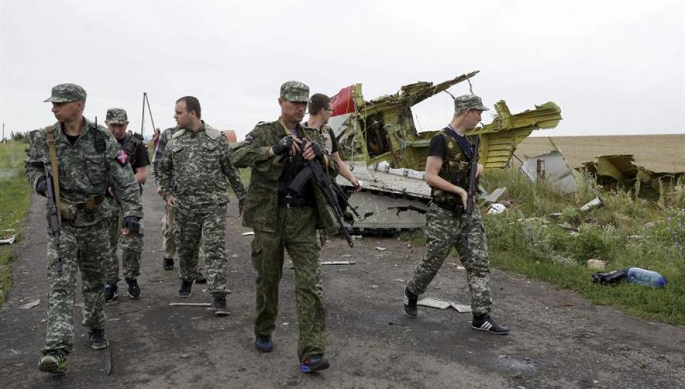 Rebeldes prorrusos, en la zona donde cayó el avión de Malaysia Airlines