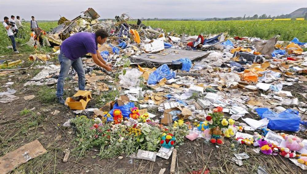 Flores en el lugar donde cayó el avión derribado
