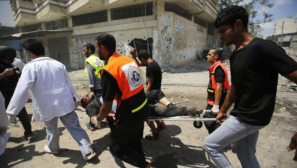 Palestinos trasladan a un herido en Gaza