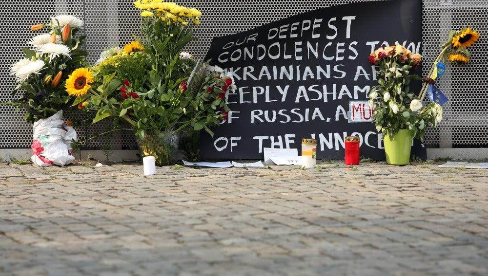 Flores en recuerdo a los fallecidos en el MH17