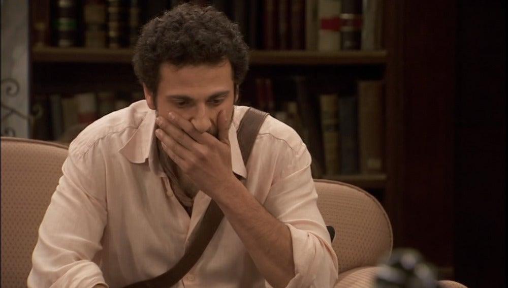 Conrado sospecha que Aurora lo ha visto besar a Alicia