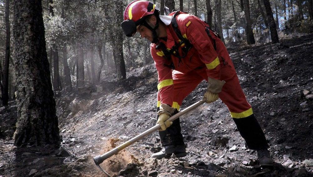 Un miembro de la UME trabaja en el incendio de Guadalajara
