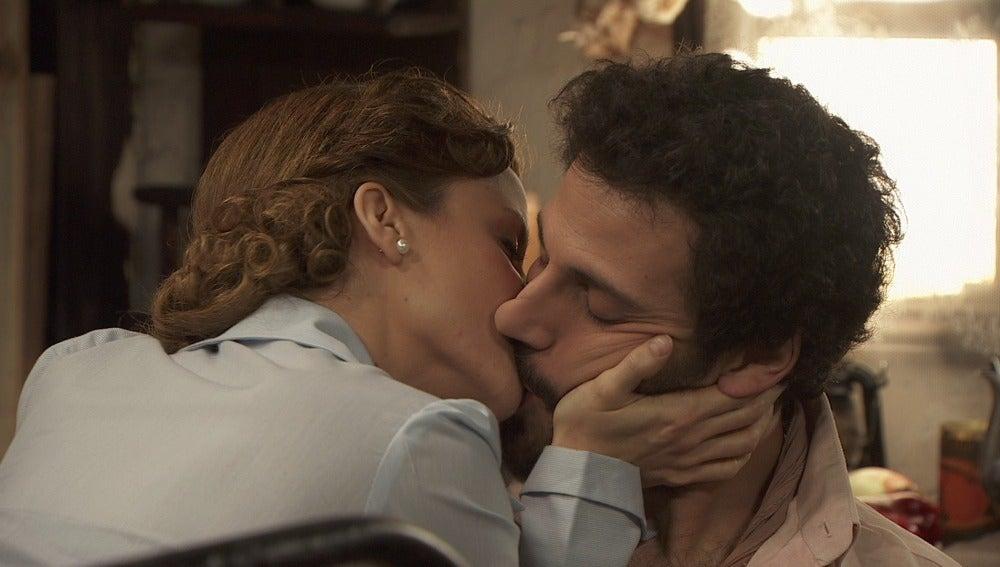 Alicia besa a Conrado