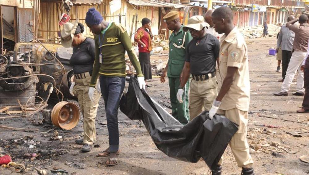 Los vecinos de Kaduna acuden al lugar en el que ha explosionado el coche bomba