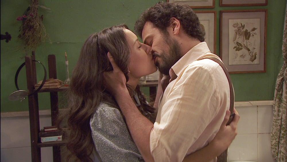 Aurora y Conrado se reconcilian en un apasionado beso