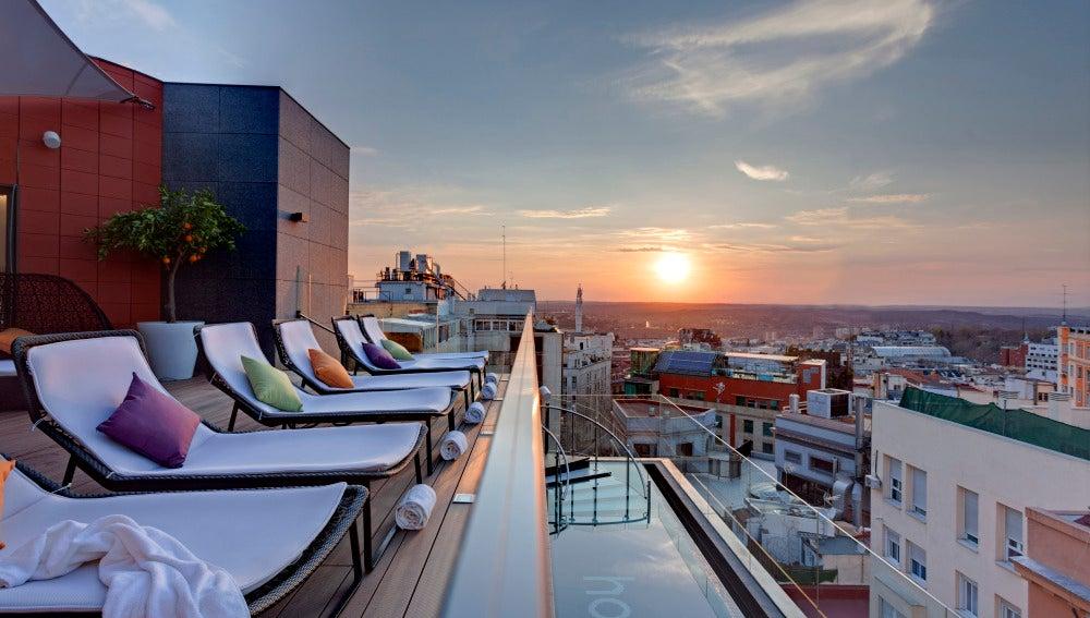 La terraza del Hotel Índigo, casi, casi, por estrenar.