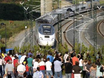 Familiares de víctimas observan el paso del tren de las 20:40 en la curva de Angrois