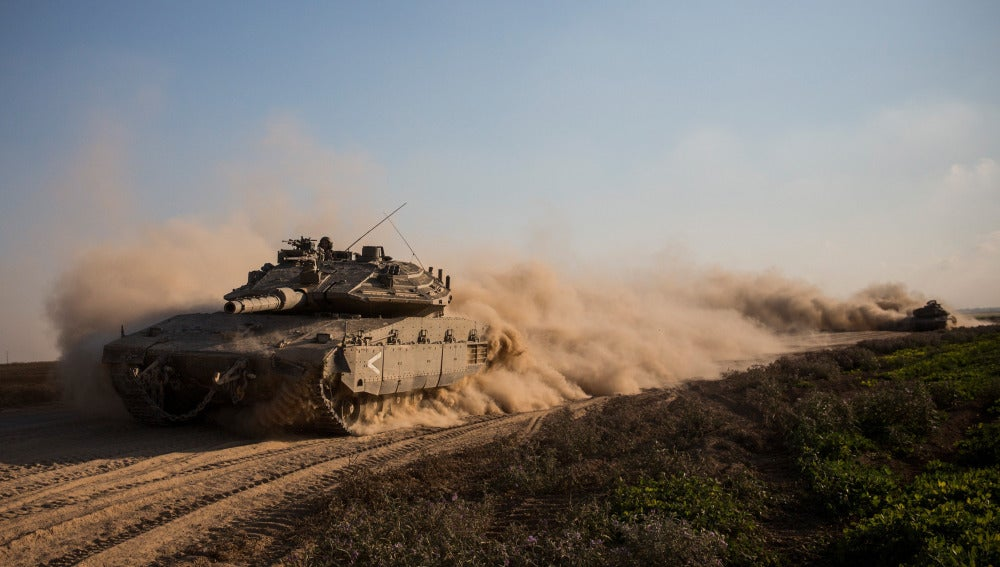Un tanque israelí toma posiciones