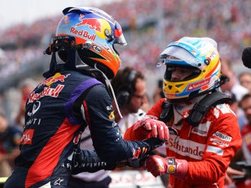 Alonso saluda a Ricciardo
